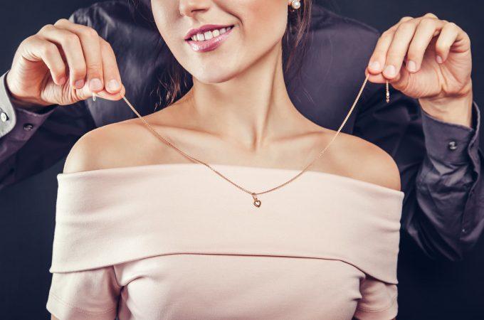Offrir une bague, un bracelet, un collier… Quelle signification ?